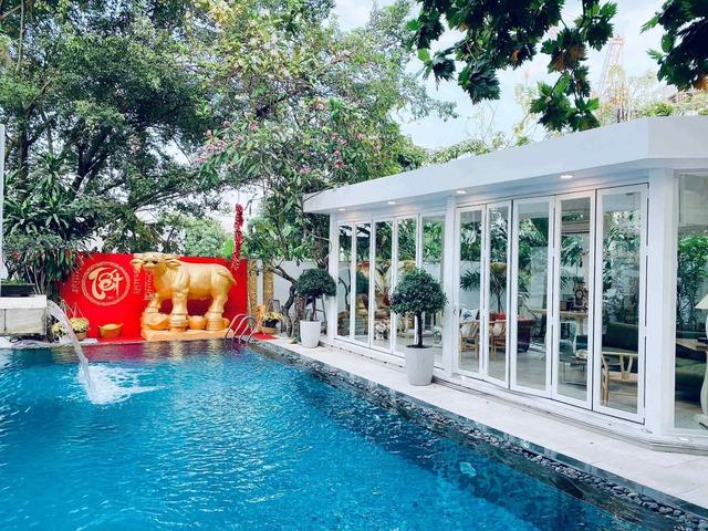 Lần đầu khoe mọi ngóc ngách căn poolhouse, Shark Khoa tất bật trang trí đón Tết trong biệt thự triệu đô chất như nước cất - Ảnh 3.