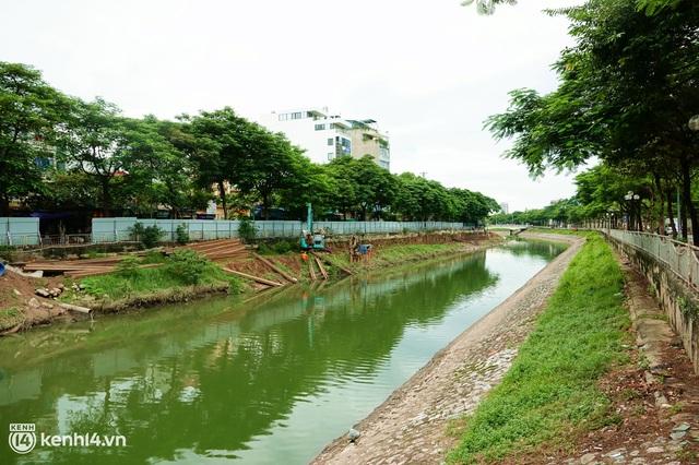Hà Nội: Sông Tô Lịch bất ngờ chuyển màu xanh ngắt, người dân mang theo bao bắt hàng trăm cân cá đem về - Ảnh 1.