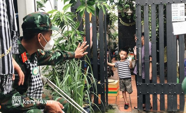 Chùm ảnh: Bộ đội bịn rịn vẫy tay tạm biệt người dân để trở về sau 2 tháng hỗ trợ TP.HCM chống dịch - Ảnh 1.
