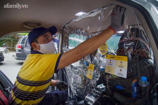 Người dân TP.HCM chính thức được đi ô tô công nghệ trở lại, trong xe trang bị màn ngăn phòng dịch - Ảnh 1.