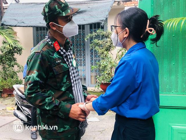 Chùm ảnh: Bộ đội bịn rịn vẫy tay tạm biệt người dân để trở về sau 2 tháng hỗ trợ TP.HCM chống dịch - Ảnh 11.