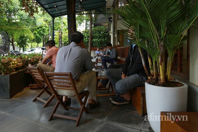 Người Hà Nội dậy sớm đi ăn phở, uống cà phê tại quán: Cảm giác như sau một giấc ngủ dài, thấy buổi sáng bình thường cũ quay trở lại! - Ảnh 12.