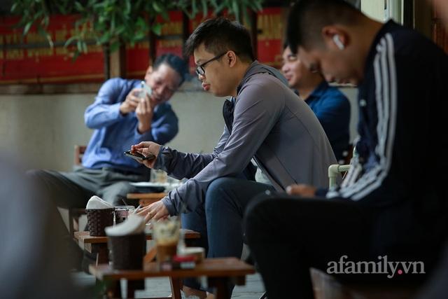 Người Hà Nội dậy sớm đi ăn phở, uống cà phê tại quán: Cảm giác như sau một giấc ngủ dài, thấy buổi sáng bình thường cũ quay trở lại! - Ảnh 13.