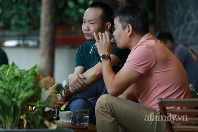 Người Hà Nội dậy sớm đi ăn phở, uống cà phê tại quán: Cảm giác như sau một giấc ngủ dài, thấy buổi sáng bình thường cũ quay trở lại! - Ảnh 14.