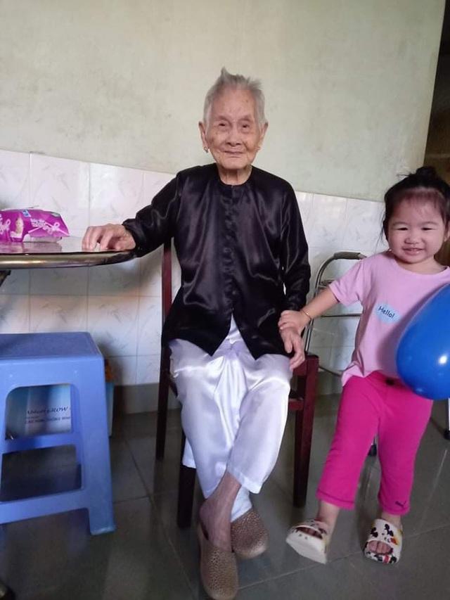 """Nghẹn ngào khoảnh khắc mẹ 105 tuổi bật khóc khi gặp con gái 84 tuổi sau 4 tháng giãn cách: """"Má nhớ con thiệt mà hổng biết con ở đâu"""" - Ảnh 4."""