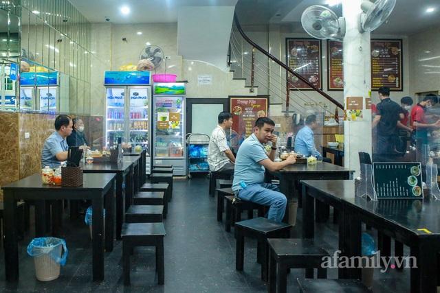 Người Hà Nội dậy sớm đi ăn phở, uống cà phê tại quán: Cảm giác như sau một giấc ngủ dài, thấy buổi sáng bình thường cũ quay trở lại! - Ảnh 3.