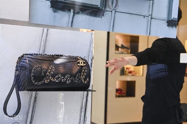 Giải điền kinh Chanel mở rộng tại Hàn: Từ cuộc đua mỗi người 1 chiếc túi cho tới màn thiết quân luật từ nhà mốt - Ảnh 3.