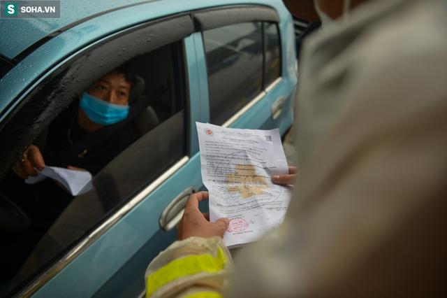 Hà Nội: Nhiều tài xế phải quay đầu xe vì không có giấy xét nghiệm Covid-19 để qua chốt - Ảnh 3.