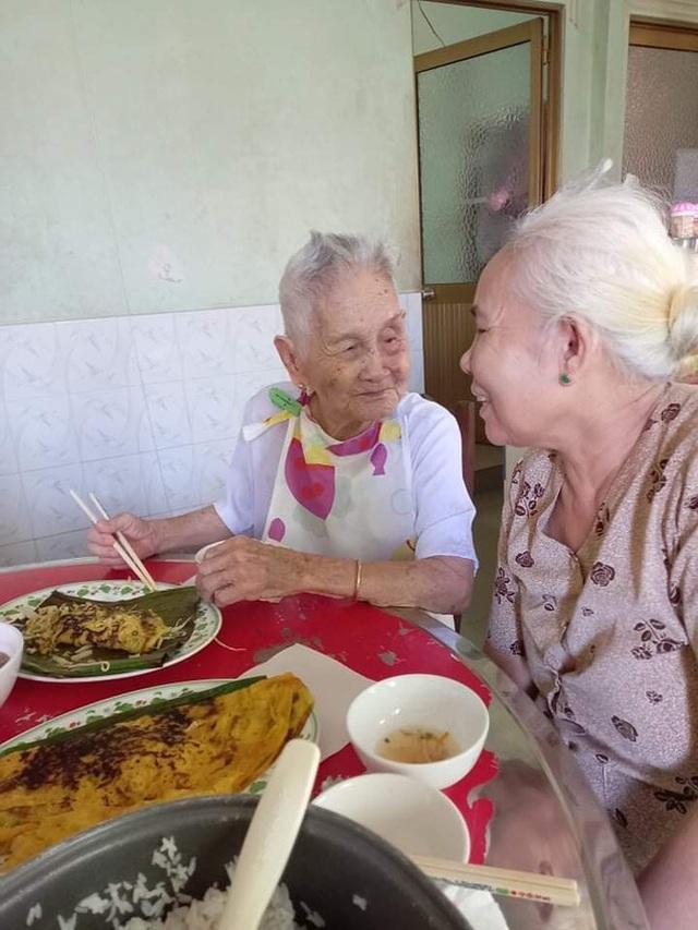 """Nghẹn ngào khoảnh khắc mẹ 105 tuổi bật khóc khi gặp con gái 84 tuổi sau 4 tháng giãn cách: """"Má nhớ con thiệt mà hổng biết con ở đâu"""" - Ảnh 5."""