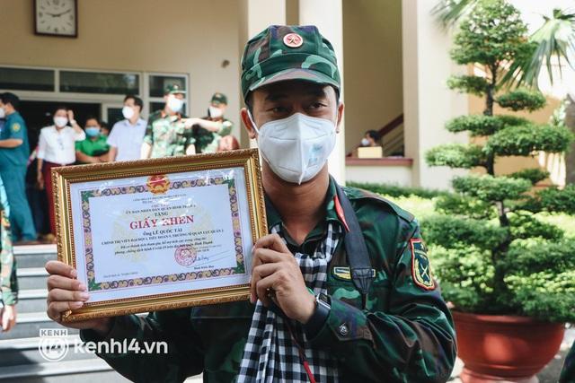 Chùm ảnh: Bộ đội bịn rịn vẫy tay tạm biệt người dân để trở về sau 2 tháng hỗ trợ TP.HCM chống dịch - Ảnh 4.