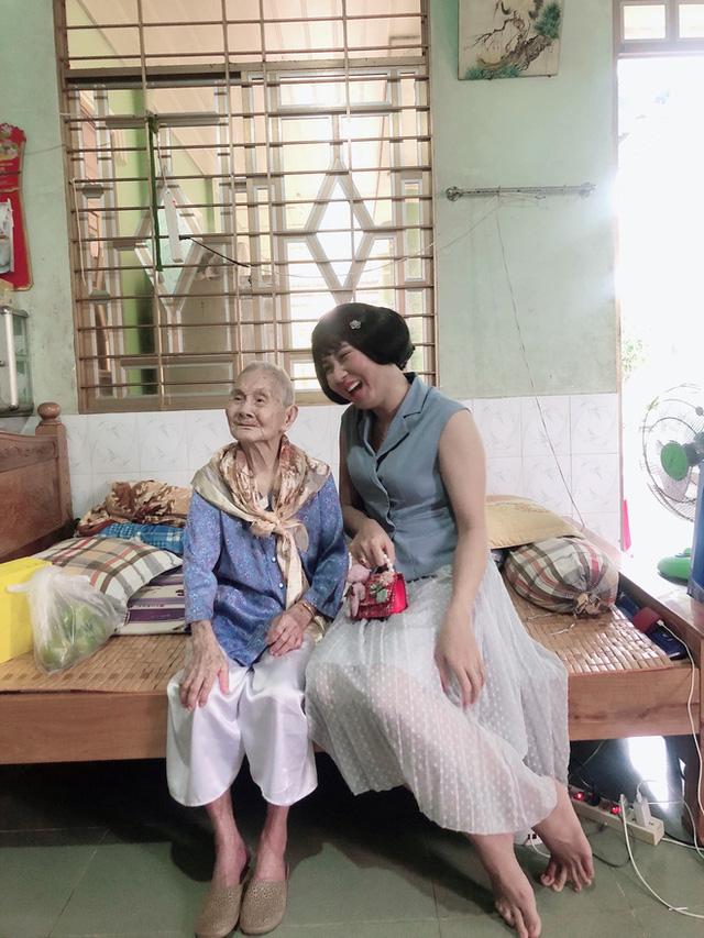 """Nghẹn ngào khoảnh khắc mẹ 105 tuổi bật khóc khi gặp con gái 84 tuổi sau 4 tháng giãn cách: """"Má nhớ con thiệt mà hổng biết con ở đâu"""" - Ảnh 6."""