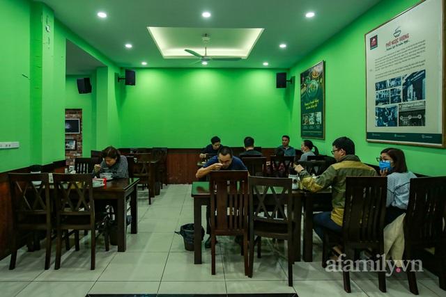 Người Hà Nội dậy sớm đi ăn phở, uống cà phê tại quán: Cảm giác như sau một giấc ngủ dài, thấy buổi sáng bình thường cũ quay trở lại! - Ảnh 5.