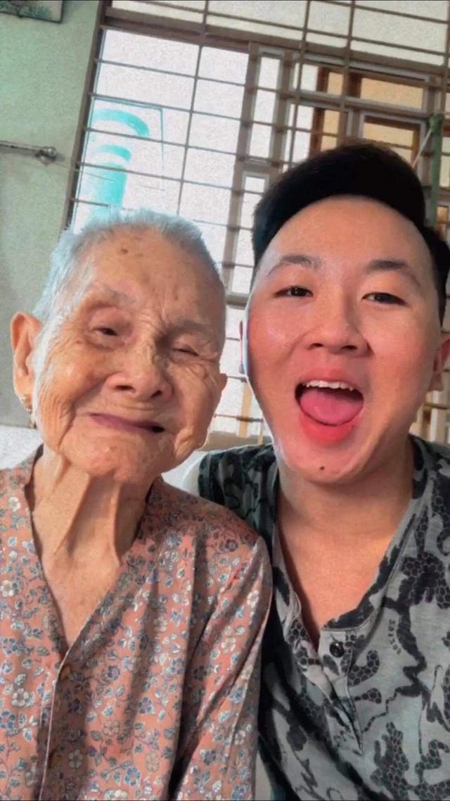 """Nghẹn ngào khoảnh khắc mẹ 105 tuổi bật khóc khi gặp con gái 84 tuổi sau 4 tháng giãn cách: """"Má nhớ con thiệt mà hổng biết con ở đâu"""" - Ảnh 7."""