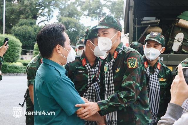 Chùm ảnh: Bộ đội bịn rịn vẫy tay tạm biệt người dân để trở về sau 2 tháng hỗ trợ TP.HCM chống dịch - Ảnh 6.