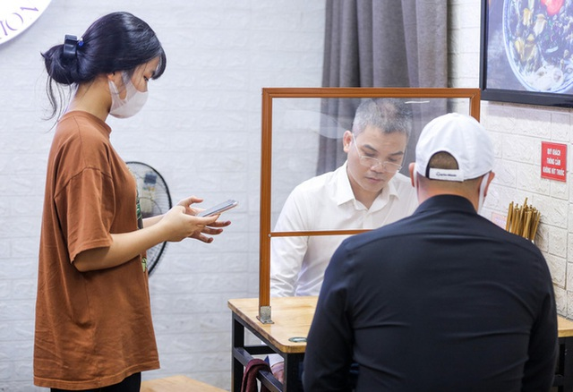 CLIP: Nườm nượp người dân đến ăn sáng tại quán ở Hà Nội - Ảnh 7.