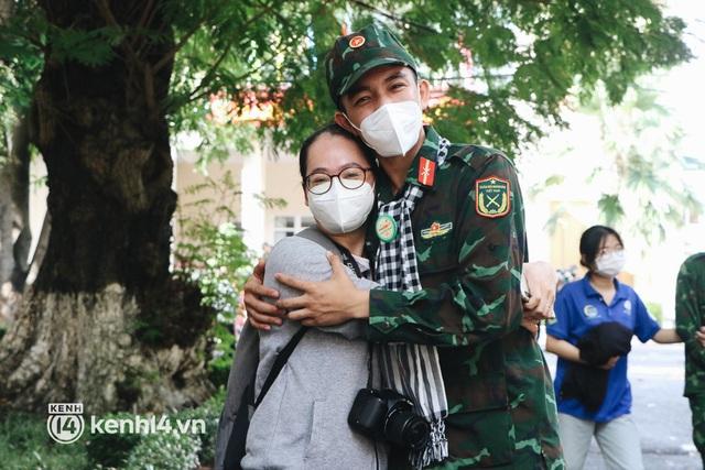 Chùm ảnh: Bộ đội bịn rịn vẫy tay tạm biệt người dân để trở về sau 2 tháng hỗ trợ TP.HCM chống dịch - Ảnh 7.