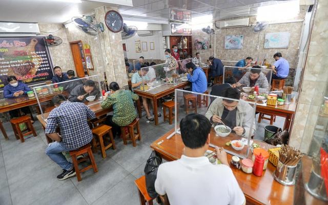 CLIP: Nườm nượp người dân đến ăn sáng tại quán ở Hà Nội - Ảnh 10.