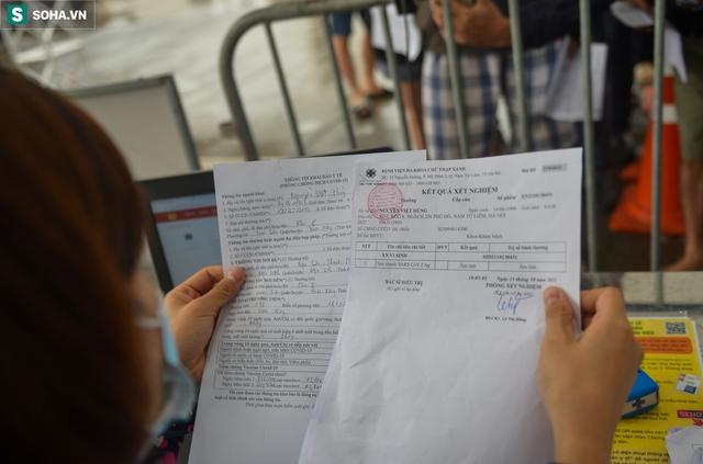 Hà Nội: Nhiều tài xế phải quay đầu xe vì không có giấy xét nghiệm Covid-19 để qua chốt - Ảnh 9.