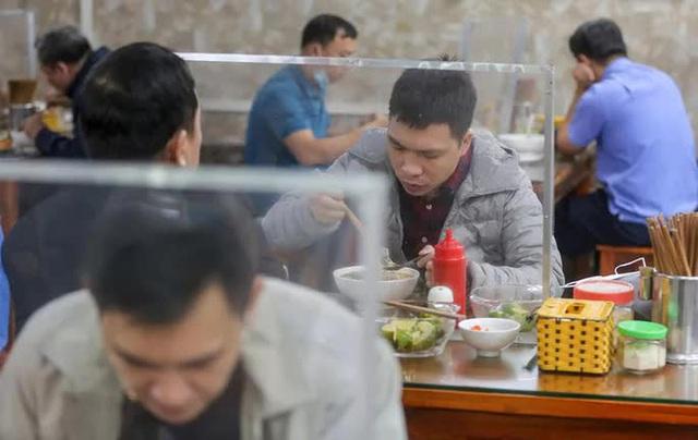 CLIP: Nườm nượp người dân đến ăn sáng tại quán ở Hà Nội - Ảnh 11.
