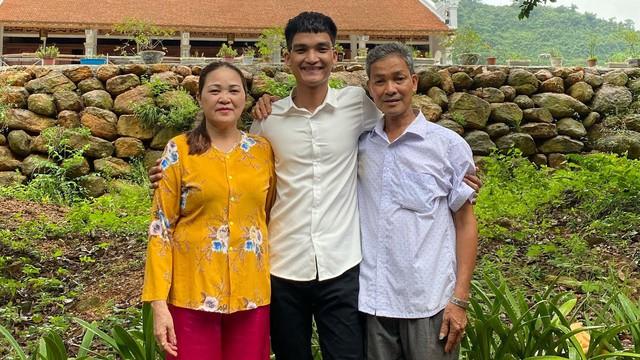 6 năm ăn Tết xa quê vì mưu sinh và không đủ tiền bạc, Mạc Văn Khoa: Tôi phải tự vui vẻ, yêu đời để bố mẹ yên tâm - Ảnh 1.