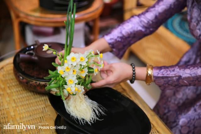 """Người phụ nữ biến củ trông như hành tây trở thành cánh hoa """"chén vàng đĩa bạc"""" - thú chơi hoa cực tao nhã ngày Tết của người Hà Nội mà gần như sắp thất truyền - Ảnh 4."""