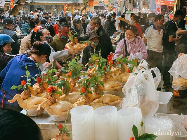 30 Tết: Chợ Hàng Bè thất thủ, 1 triệu đồng/con gà bày mâm cỗ mà khách vẫn phải xếp hàng chờ dài cổ - Ảnh 2.