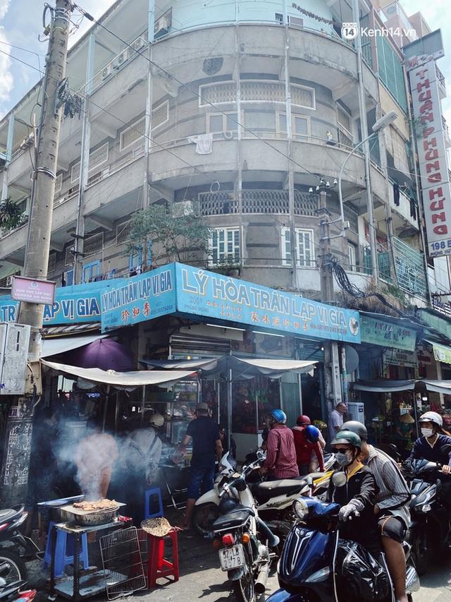 Sài Gòn 30 Tết mua sắm gì chỉ cần đi vội 2 ngôi chợ lâu đời này là đủ: Độc lạ nhất là bánh lựu cầu duyên, mua về hết ế luôn và ngay! - Ảnh 1.