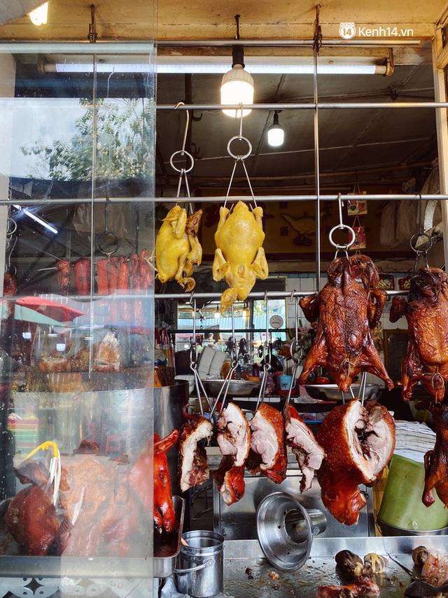 Sài Gòn 30 Tết mua sắm gì chỉ cần đi vội 2 ngôi chợ lâu đời này là đủ: Độc lạ nhất là bánh lựu cầu duyên, mua về hết ế luôn và ngay! - Ảnh 2.