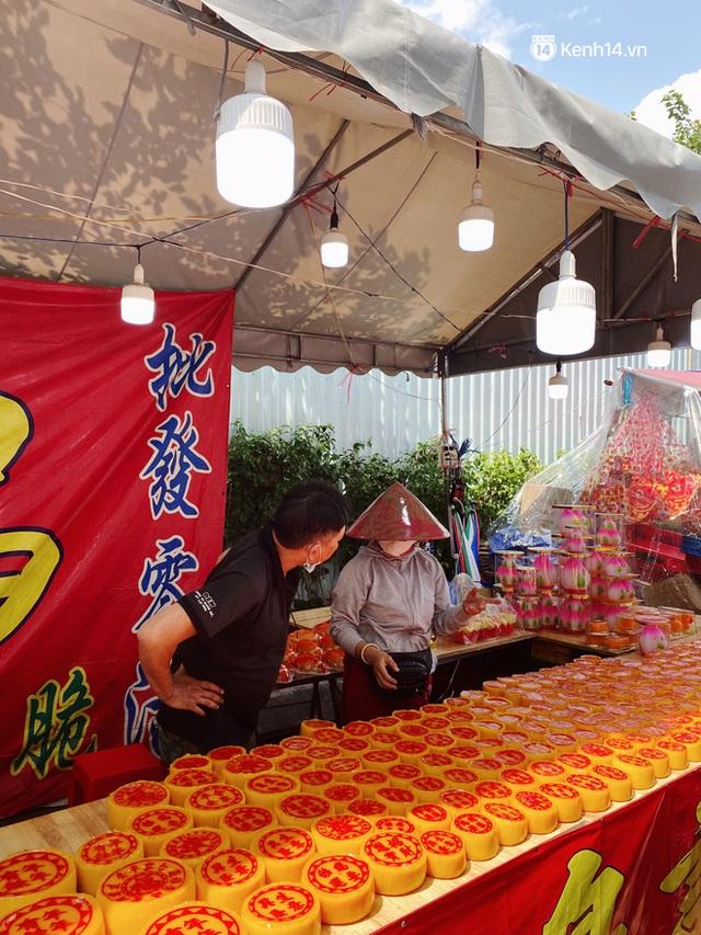 Sài Gòn 30 Tết mua sắm gì chỉ cần đi vội 2 ngôi chợ lâu đời này là đủ: Độc lạ nhất là bánh lựu cầu duyên, mua về hết ế luôn và ngay! - Ảnh 11.