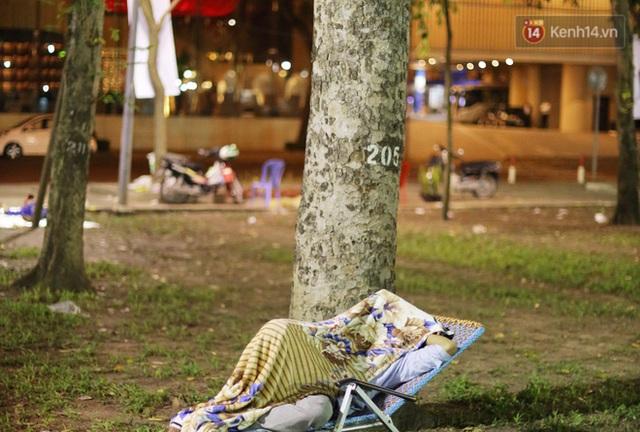 Xót xa cảnh tiểu thương căng lều bạt, vật vạ trắng đêm ở công viên canh hoa Tết: Ế ẩm nhưng cố bán hết ngày 30 để vớt vát - Ảnh 13.