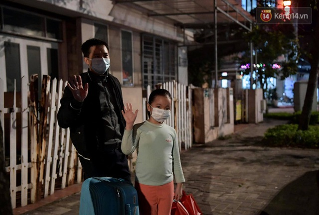 Ảnh: 15 học sinh trường Tiểu học Xuân Phương nhảy cẫng vui mừng vì được rời khu cách ly, về nhà đón Tết với gia đình - Ảnh 13.