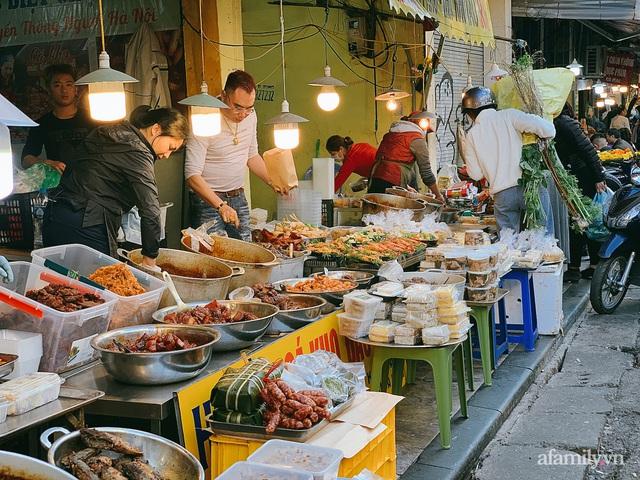30 Tết: Chợ Hàng Bè thất thủ, 1 triệu đồng/con gà bày mâm cỗ mà khách vẫn phải xếp hàng chờ dài cổ - Ảnh 13.