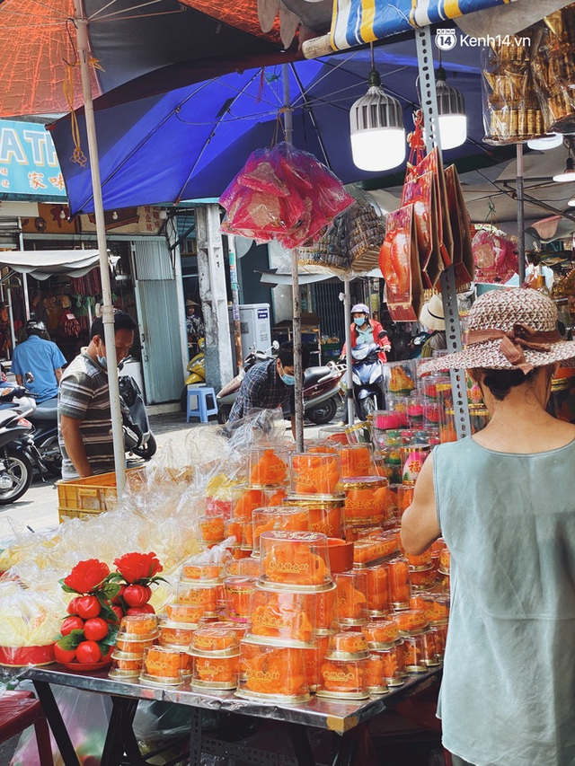 Sài Gòn 30 Tết mua sắm gì chỉ cần đi vội 2 ngôi chợ lâu đời này là đủ: Độc lạ nhất là bánh lựu cầu duyên, mua về hết ế luôn và ngay! - Ảnh 14.