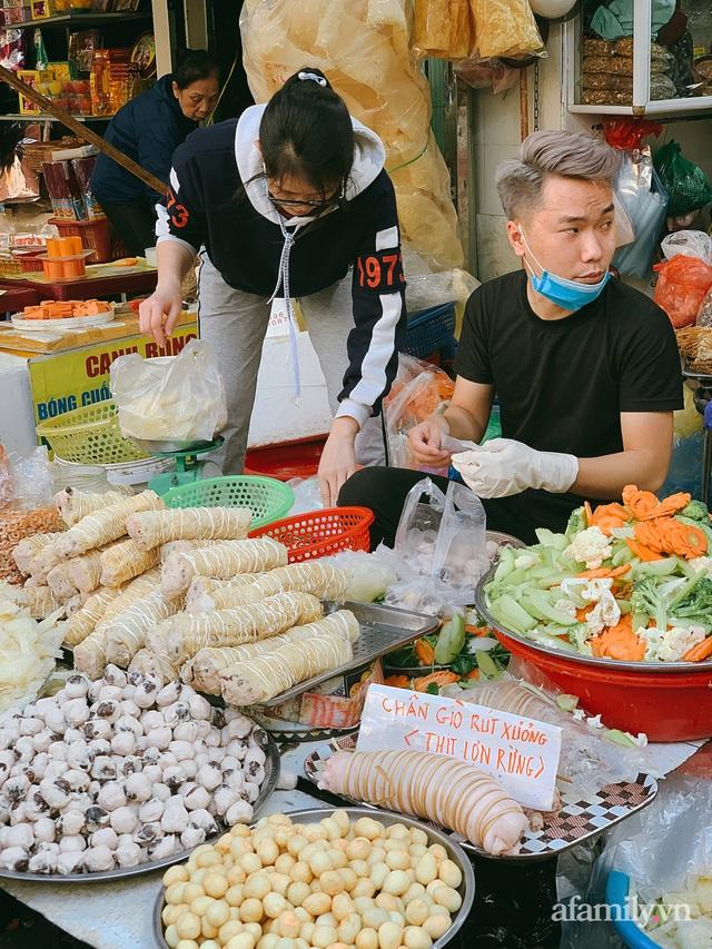 30 Tết: Chợ Hàng Bè thất thủ, 1 triệu đồng/con gà bày mâm cỗ mà khách vẫn phải xếp hàng chờ dài cổ - Ảnh 15.