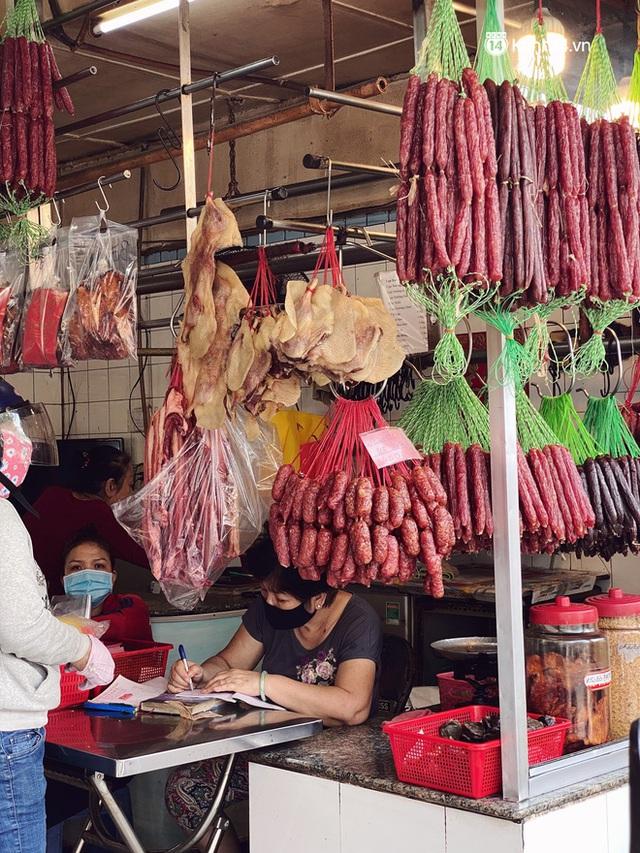 Sài Gòn 30 Tết mua sắm gì chỉ cần đi vội 2 ngôi chợ lâu đời này là đủ: Độc lạ nhất là bánh lựu cầu duyên, mua về hết ế luôn và ngay! - Ảnh 15.