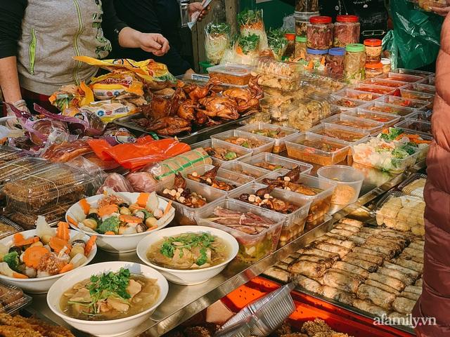 30 Tết: Chợ Hàng Bè thất thủ, 1 triệu đồng/con gà bày mâm cỗ mà khách vẫn phải xếp hàng chờ dài cổ - Ảnh 19.