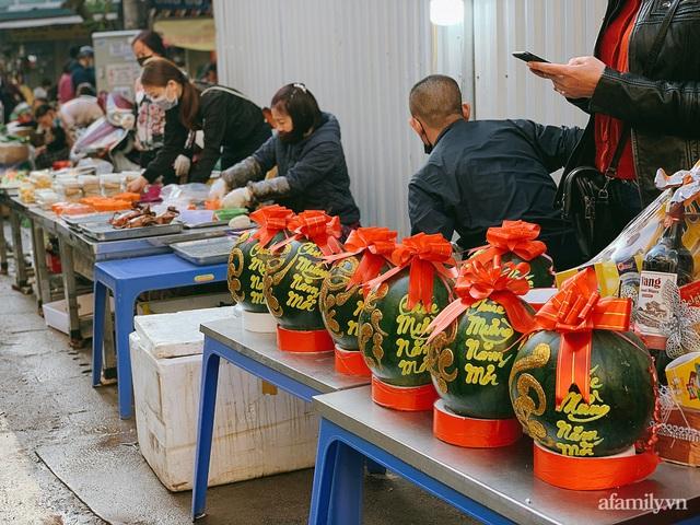 30 Tết: Chợ Hàng Bè thất thủ, 1 triệu đồng/con gà bày mâm cỗ mà khách vẫn phải xếp hàng chờ dài cổ - Ảnh 21.