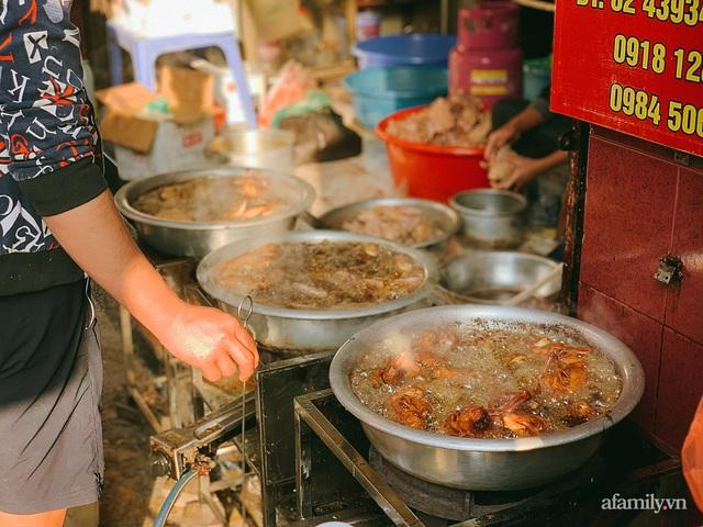 30 Tết: Chợ Hàng Bè thất thủ, 1 triệu đồng/con gà bày mâm cỗ mà khách vẫn phải xếp hàng chờ dài cổ - Ảnh 23.