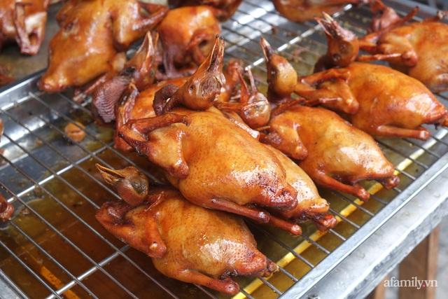 30 Tết: Chợ Hàng Bè thất thủ, 1 triệu đồng/con gà bày mâm cỗ mà khách vẫn phải xếp hàng chờ dài cổ - Ảnh 24.
