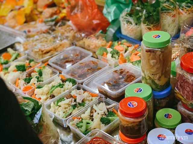 30 Tết: Chợ Hàng Bè thất thủ, 1 triệu đồng/con gà bày mâm cỗ mà khách vẫn phải xếp hàng chờ dài cổ - Ảnh 29.