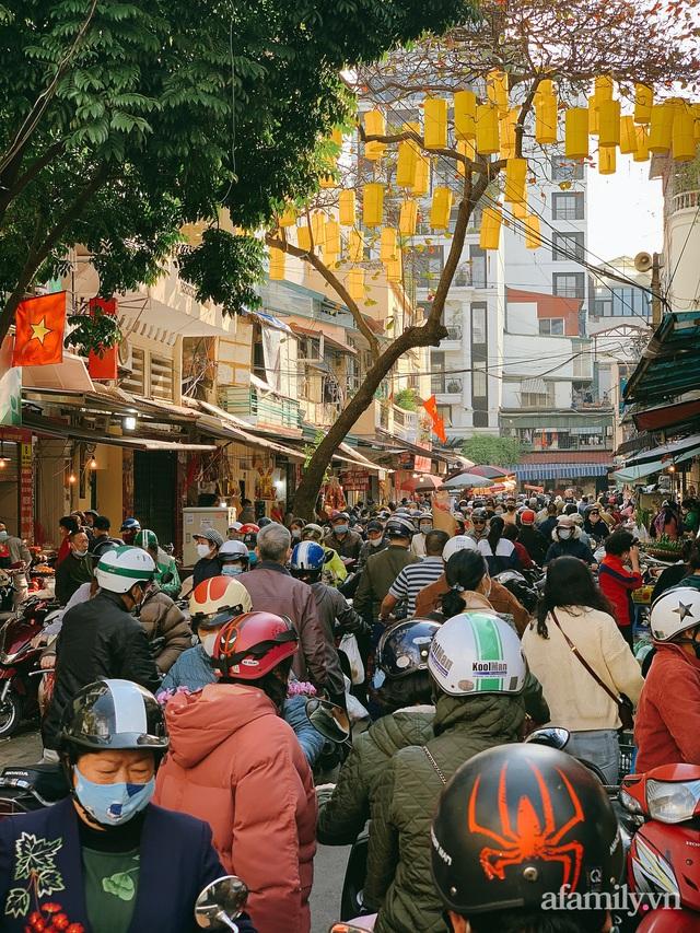 30 Tết: Chợ Hàng Bè thất thủ, 1 triệu đồng/con gà bày mâm cỗ mà khách vẫn phải xếp hàng chờ dài cổ - Ảnh 30.