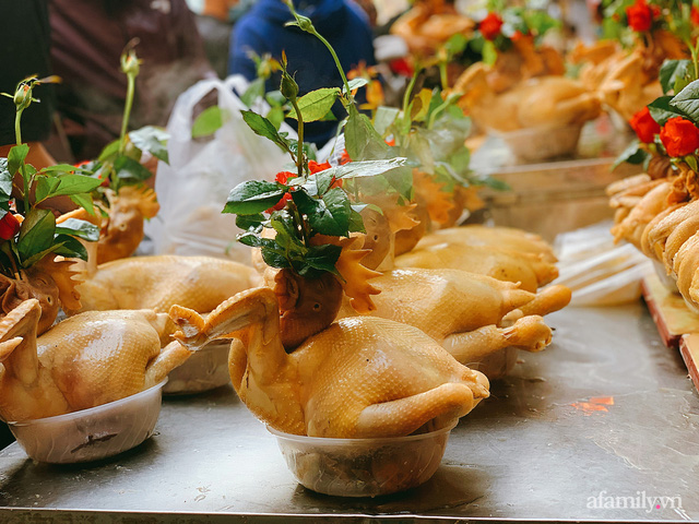 30 Tết: Chợ Hàng Bè thất thủ, 1 triệu đồng/con gà bày mâm cỗ mà khách vẫn phải xếp hàng chờ dài cổ - Ảnh 6.