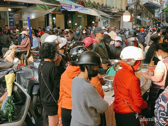 30 Tết: Chợ Hàng Bè thất thủ, 1 triệu đồng/con gà bày mâm cỗ mà khách vẫn phải xếp hàng chờ dài cổ - Ảnh 7.