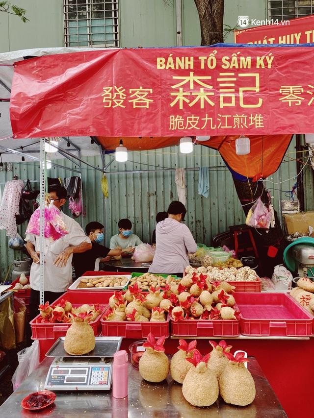 Sài Gòn 30 Tết mua sắm gì chỉ cần đi vội 2 ngôi chợ lâu đời này là đủ: Độc lạ nhất là bánh lựu cầu duyên, mua về hết ế luôn và ngay! - Ảnh 7.