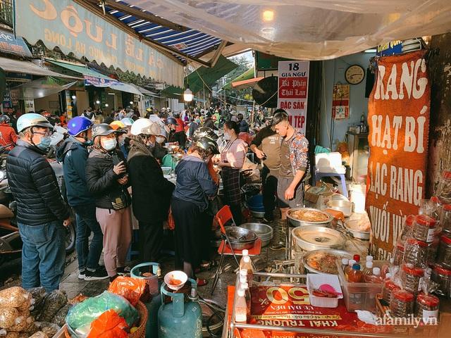 30 Tết: Chợ Hàng Bè thất thủ, 1 triệu đồng/con gà bày mâm cỗ mà khách vẫn phải xếp hàng chờ dài cổ - Ảnh 8.