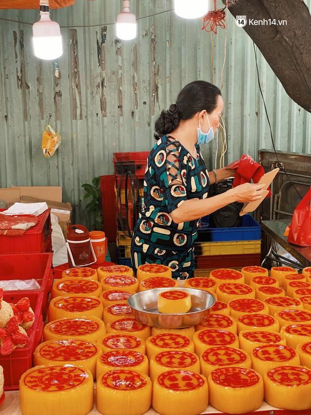 Sài Gòn 30 Tết mua sắm gì chỉ cần đi vội 2 ngôi chợ lâu đời này là đủ: Độc lạ nhất là bánh lựu cầu duyên, mua về hết ế luôn và ngay! - Ảnh 9.