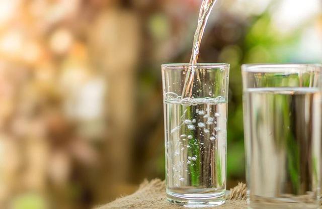 3 lợi ích không ngờ tới của việc uống một cốc nước ấm vào buổi sáng: Tiếc rằng nhiều người chưa quen làm - Ảnh 2.