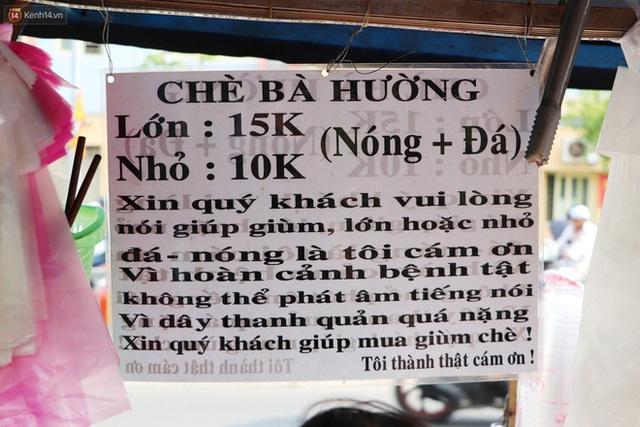 Chuyện đằng sau tấm bảng xin quý khách vui lòng nói giúp của cụ bà bệnh tật 30 năm bán chè nuôi con ở Sài Gòn - Ảnh 2.