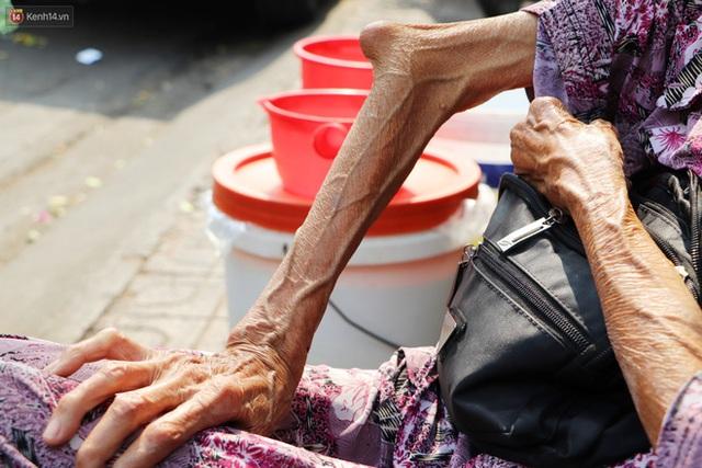 Chuyện đằng sau tấm bảng xin quý khách vui lòng nói giúp của cụ bà bệnh tật 30 năm bán chè nuôi con ở Sài Gòn - Ảnh 11.