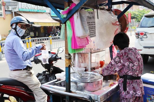 Chuyện đằng sau tấm bảng xin quý khách vui lòng nói giúp của cụ bà bệnh tật 30 năm bán chè nuôi con ở Sài Gòn - Ảnh 13.